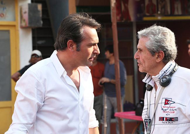 Jean Dujardin discute avec Claude Lelouche sur le plateau de Un + Une