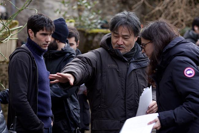 Kiyoshi Kurosawa sur le tournage du Secret de la chambre noire
