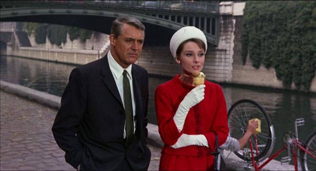 Audrey Hepburn et Cary Grant sur les quais de Seine à Paris dans Charade de Stanley Donen