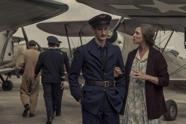 Pierre Niney et Charlotte Gainsbourg dans La promesse de l'aube d'Eric Barbier
