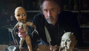 Tim Burton tient une poupée de son dernier film Miss Peregrine et les enfants particuliers
